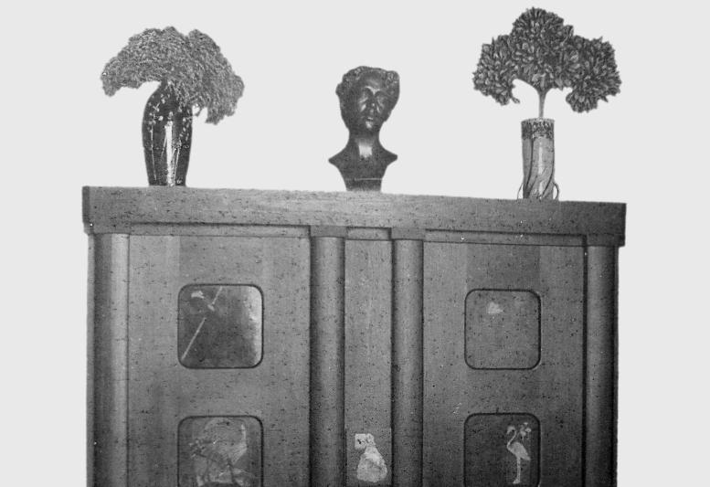 Vorderfront des Plakatschrankes von Hans Sachs (die Tiefe des Schrankes nahm eine Nische auf, die um die Vorderfront herum verkleidet wurde), (Abb. 2)