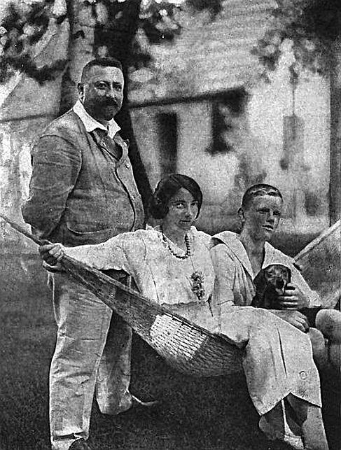 v.l.n.r.: Ernst Growald, seine Frau Frida und sein Sohn Hans Rudolf vor ihrem Haus in Bad Saarow bei Berlin, Foto zwischen 1929 und 1934