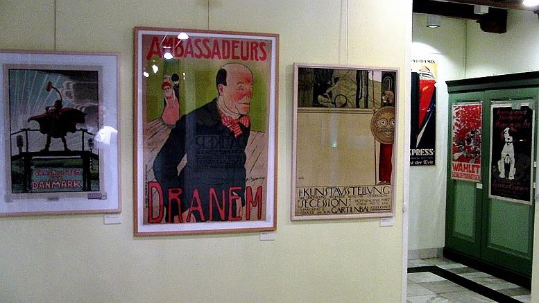 Blick in die Ausstellung, zu sehen das Plakat von Gustav Klimt zur ersten Ausstellung der Wiener Secession, dieses Exemplar hing auch in Sachs' Zimmer in Berlin (siehe dort Nr. 18), Foto: René Grohnert rechts hinten noch ein österreichisches Wahlplakat der Sozialdemokraten aus dem Jahr 1919